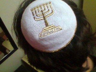 kipá ou solidéu, cobertura de cabeça judaica, indica que sempre há algo acima do homem, uso obrigatório dentro de sinagogas, e permanente pelos ortodoxos.