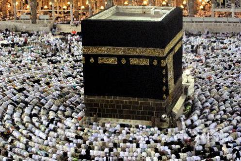 """A Caaba ou Kaaba (também conhecido como Ka'bah ou Kabah; em árabe: الكعبة al-Kaʿbah IPA: [ʔælˈkæʕbɐ], """"O Cubo""""), também conhecido como al-Kaʿbatu l-Mušarrafah (الكعبة المشرفة; """"O Nobre Cubo""""), al-Baytu l-ʿAtīq (البيت العتيق; """"A Casa Primigênia""""), ou al-Baytu l-Ḥarām (البيت الحرام; """"A Casa Sagrada/Proibida"""") é uma construção cuboide reverenciada pelos muçulmanos na mesquita sagrada de al Masjid al-Haram em Meca, e é considerado pelos devotos do Islã como o lugar mais sagrado do mundo. 1 A Caaba é uma construção cúbica de 15,24 metros de altura, e é cercada por muros de 10,67 metros e 12,19 metros de altura. Ela está permanentemente coberta por uma manta escura com bordados dourados que é regularmente substituída. Em seu exterior, encravada em uma moldura de prata, encontra-se a Hajar el Aswad (""""Pedra Negra""""), uma pedra escura, de cerca de 50 centímetros de diâmetro, que é uma das relíquias mais sagradas do islã. A Caaba é o centro das peregrinações (hajj) e é para onde o devoto muçulmano volta-se para as suas preces diárias (salat). É o lugar mais sagrado do Islã. Quando o profeta Maomé repudiou todos os deuses pagãos e proclamou um deus único, Alá poupou a Caaba e tornou-a de um centro de peregrinação pagã em um centro da nova fé. No período pagão, a Caaba provavelmente simbolizava o sistema solar, abrigando 360 ídolos, sendo assim uma representação zodiacal. O edifício foi restaurado diversas vezes; a construção atual é datada do século VII, substituindo a mais antiga que foi destruída no cerco de Meca em 683 Segundo relatos islâmicos, quando Abraão propagou pelo Iraque a crença monoteísta, foi perseguido. Então foi necessário um local simples para ser o ponto de adoração monoteísta. Abraão escolheu Meca por ser geograficamente o centro do mundo. Muçulmanos relatam que a construção da Caaba está descrita no Alcorão e na Bíblia, como segue2 : """"7 E apareceu o SENHOR a Abrão e disse: À tua semente darei esta terra. E edificou ali um altar ao SENHOR, que lhe aparecera."""
