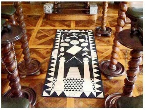 Os painéis ficam dispostos no chão, ou sobre cavaletes médios, no centro do templo.